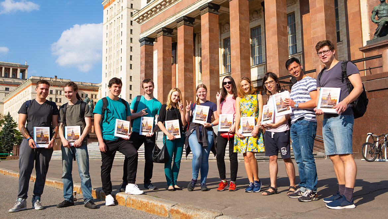 Студенты Мехмата МГУ с альбомами в руках